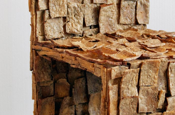 Стул из корок хлеба Tofu, инсталляция для выставки FOODMADE, дизайнер Леонардо Таларико (Leonardo Talarico)